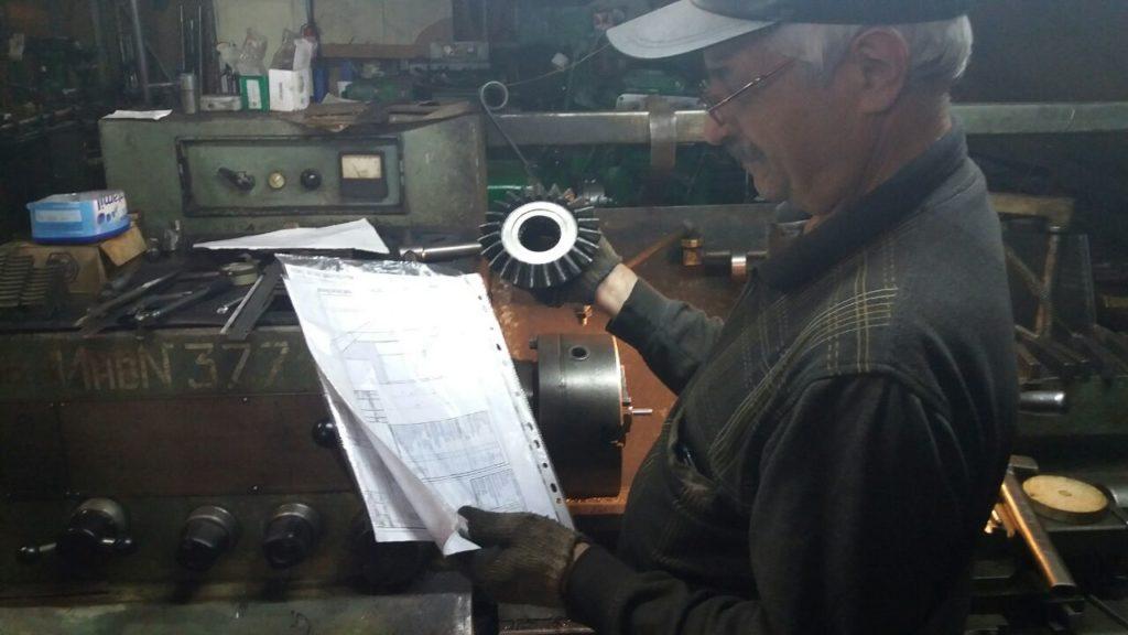 Sotrudnik kompanii Alvar Service v procese izgotovlenie detalei po certejam-Foto