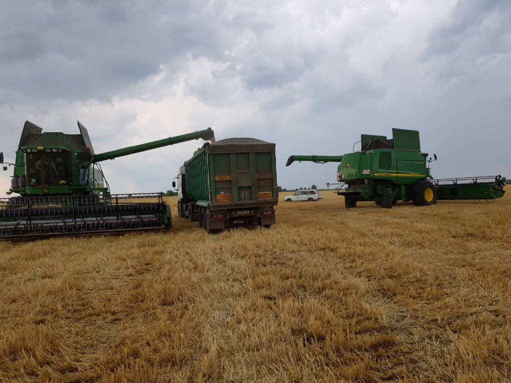 recoltarea cerealelor cu combine agricole John Deere - foto
